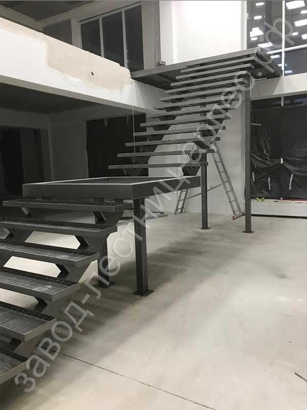 Металлическая лестница на двух косоурах под заливку ступеней бетоном 01