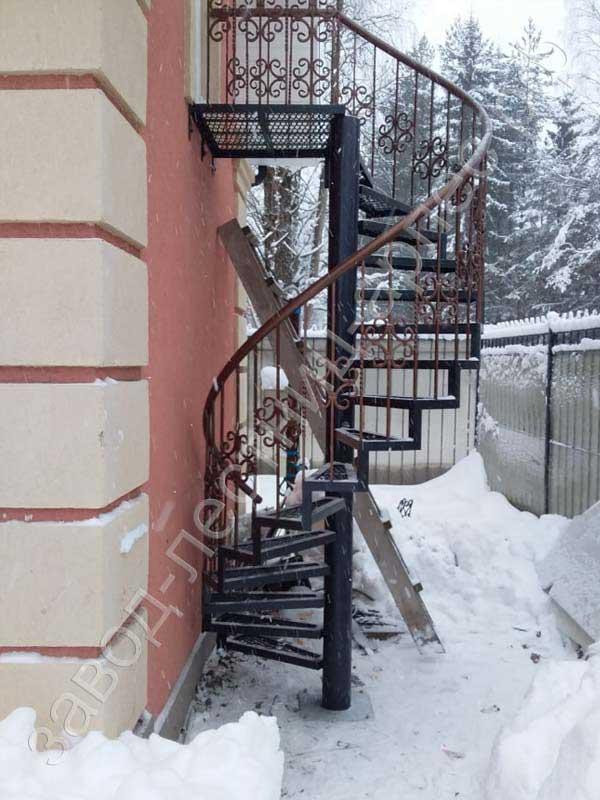 Винтовая лестница кованая 001