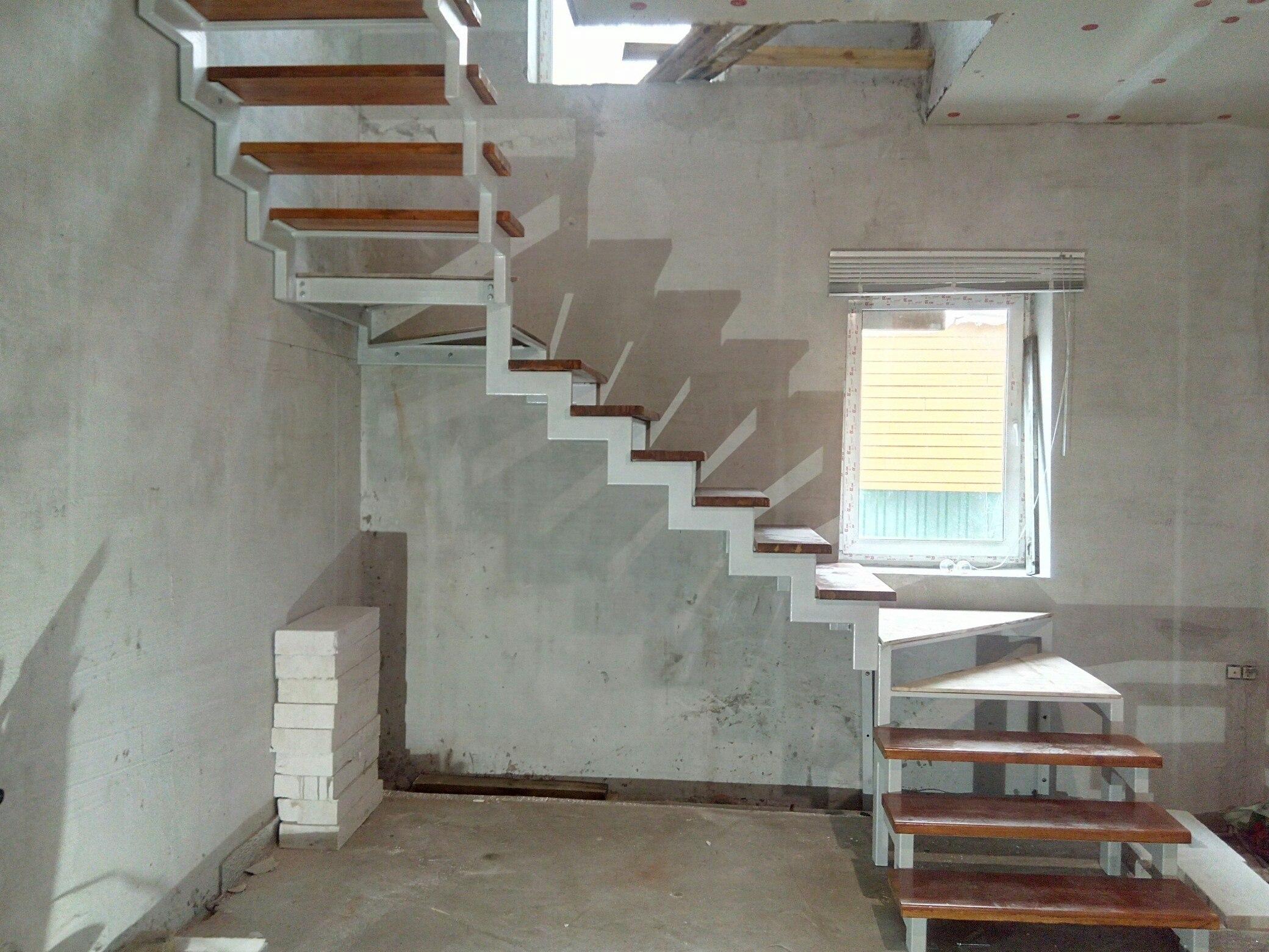 открытый каркас лестницы на двойном косоуре