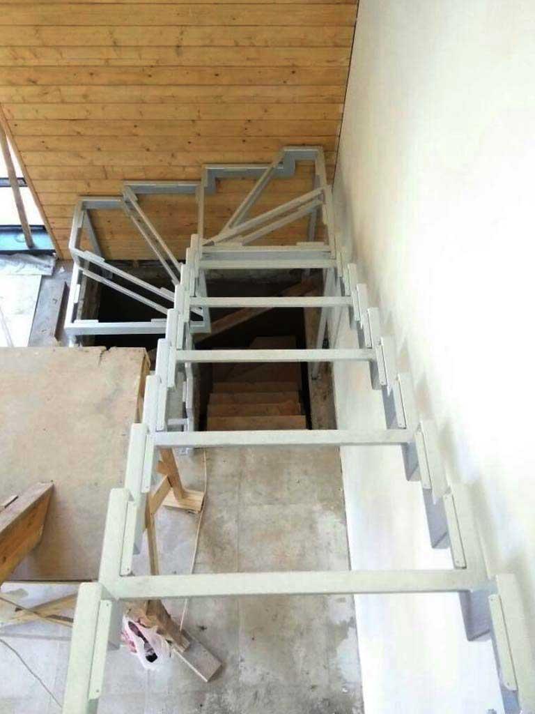 Каркас лестницы с забежными ступенями