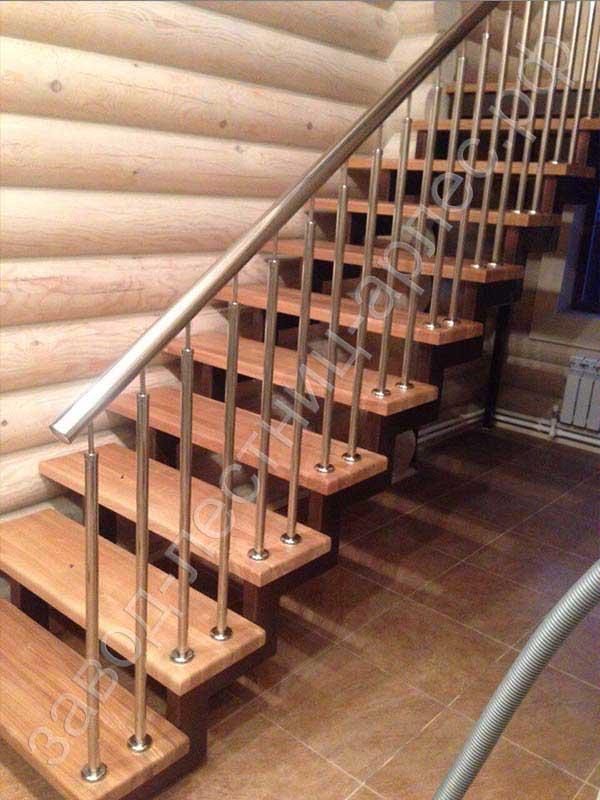 Лестница на двух косоурах со ступенями из дуба