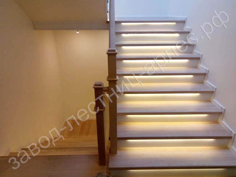 Лестница с облицовкой деревом и подсветкой ступеней